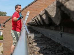 Het reinigen of verhelpen van dakgoot lekkage