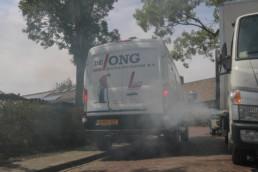 De jong bus bij rokende put